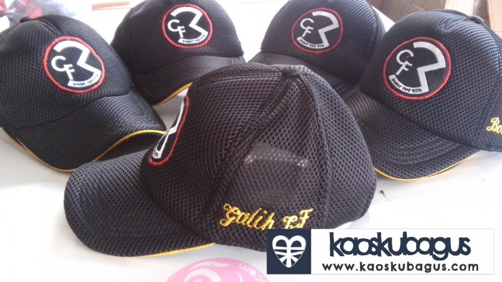 Bordir nama pada topi ini menggunakan huruf latin, dengan pemilihan warna benang yang tepet topi ini terlihat lebih bagus dan menarik