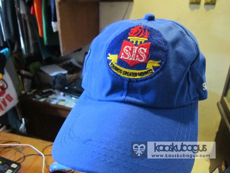 Bordir Logo di topi bagian depan