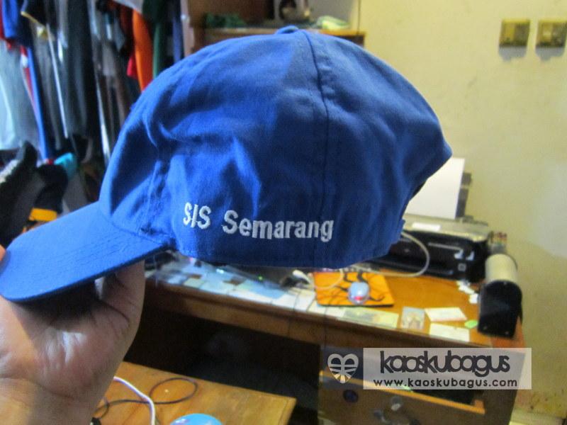 Bordir nama sekolah di topi