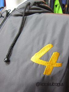 Bordir anka pada jaket taslan ini menggunakan